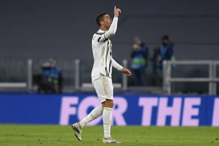 Ronaldo cười tươi khi đối thủ xin áo đấu trong ngày cân bằng kỷ lục ghi bàn của Messi - Ảnh 1.