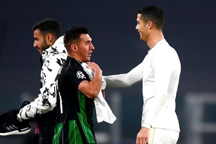 Ronaldo cười tươi khi đối thủ xin áo đấu trong ngày cân bằng kỷ lục ghi bàn của Messi - Ảnh 3.