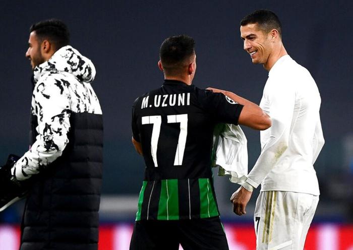 Ronaldo cười tươi khi đối thủ xin áo đấu trong ngày cân bằng kỷ lục ghi bàn của Messi - Ảnh 2.