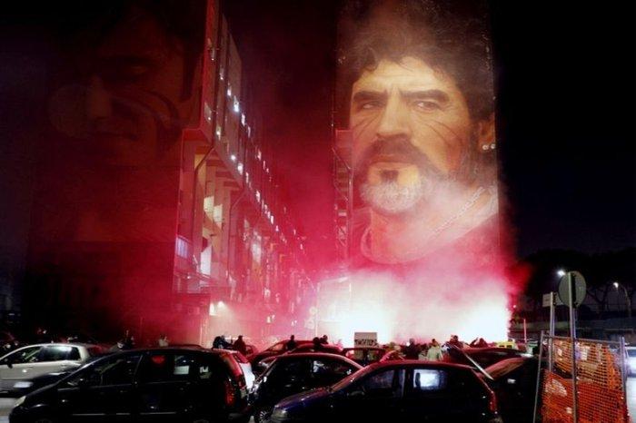 Xúc động bức họa tưởng nhớ Maradona trên nền căn nhà đổ nát giữa vùng chiến sự - Ảnh 12.
