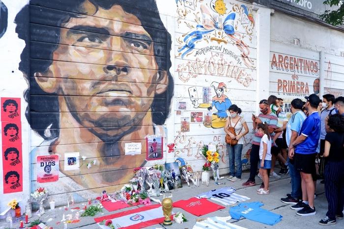 """Nến, hoa và những giọt nước mắt tiễn biệt """"Cậu bé Vàng"""" Maradona về với Chúa trời - Ảnh 1."""