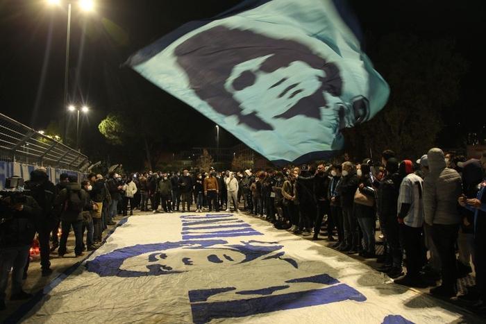 """Nến, hoa và những giọt nước mắt tiễn biệt """"Cậu bé Vàng"""" Maradona về với Chúa trời - Ảnh 7."""