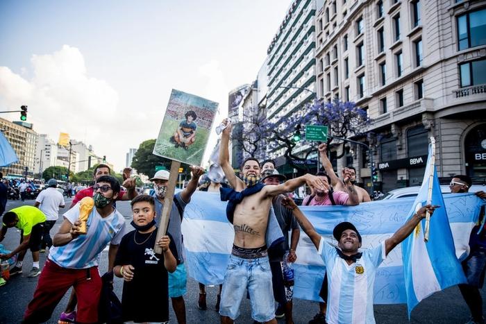 """Nến, hoa và những giọt nước mắt tiễn biệt """"Cậu bé Vàng"""" Maradona về với Chúa trời - Ảnh 6."""