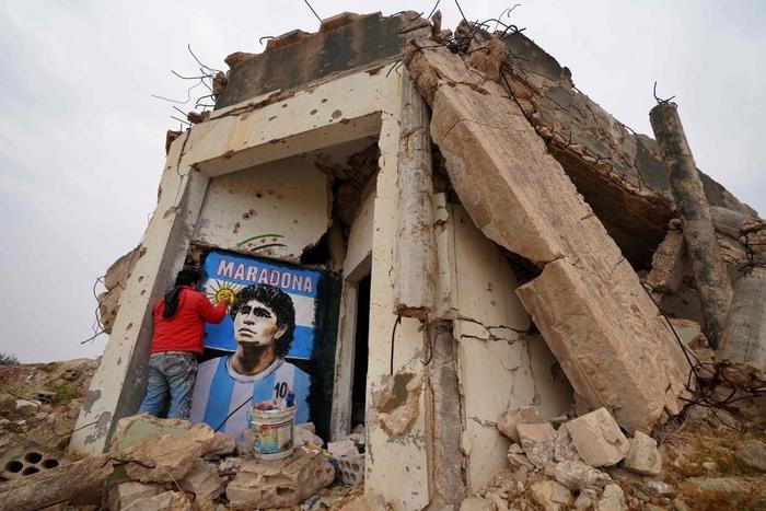 Xúc động bức họa tưởng nhớ Maradona trên nền căn nhà đổ nát giữa vùng chiến sự - Ảnh 1.
