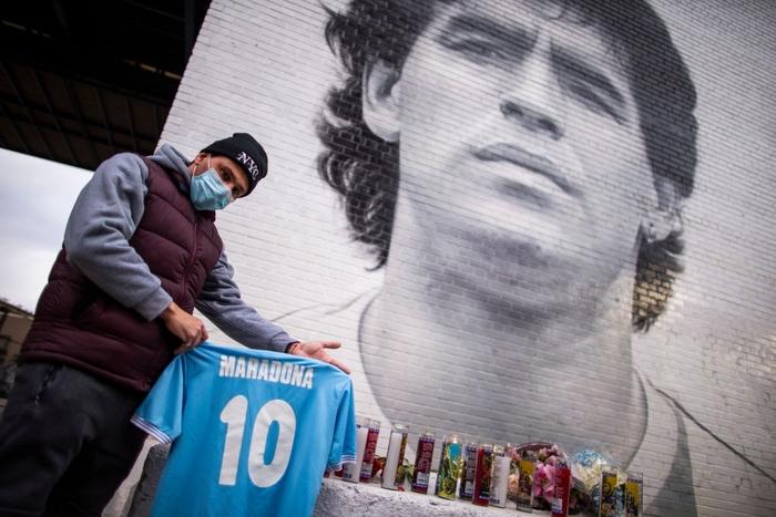 Xúc động bức họa tưởng nhớ Maradona trên nền căn nhà đổ nát giữa vùng chiến sự - Ảnh 9.