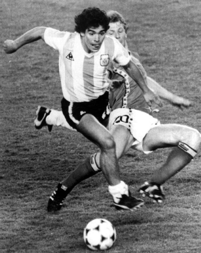 Sự nghiệp thăng trầm của Diego Maradona qua những bức hình đáng nhớ: Tạm biệt một thiên tài với đôi chân đầy những ma thuật - Ảnh 2.
