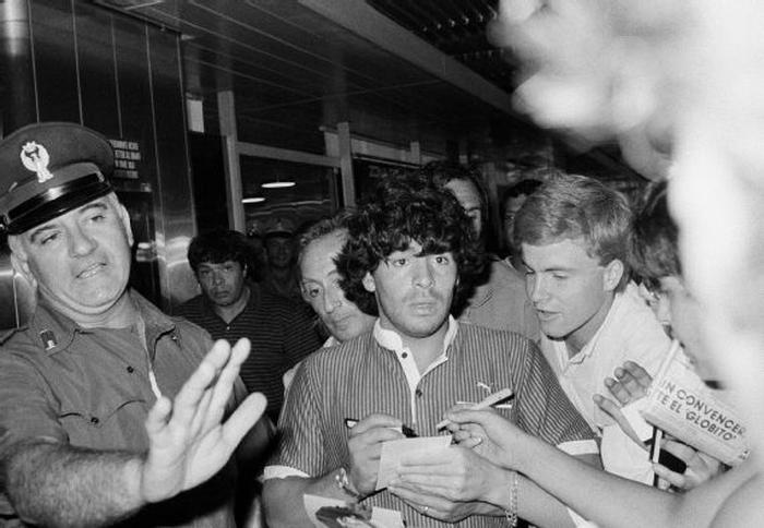 Sự nghiệp thăng trầm của Diego Maradona qua những bức hình đáng nhớ: Tạm biệt một thiên tài với đôi chân đầy những ma thuật - Ảnh 3.