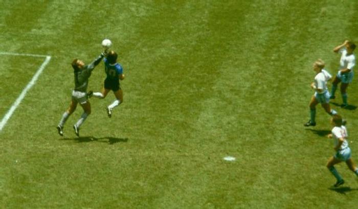 Sự nghiệp thăng trầm của Diego Maradona qua những bức hình đáng nhớ: Tạm biệt một thiên tài với đôi chân đầy những ma thuật - Ảnh 5.