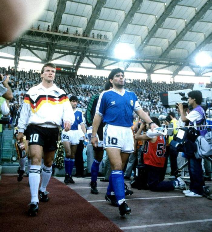 Sự nghiệp thăng trầm của Diego Maradona qua những bức hình đáng nhớ: Tạm biệt một thiên tài với đôi chân đầy những ma thuật - Ảnh 10.