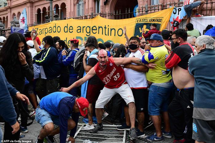 Máu đổ ở tang lễ Maradona: Fan đánh nhau với cảnh sát - Ảnh 1.