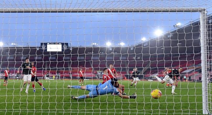 Bị dẫn 2 bàn, Man Utd vẫn thắng ngược kịch tính nhờ cú đúp giàu cảm xúc của Cavani - ảnh 10