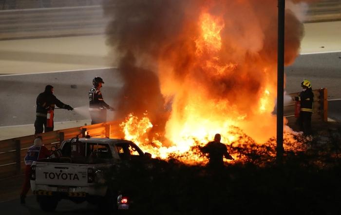 Màn thoát chết thần kỳ trên đường đua F1: Xe vỡ nát và bốc cháy ngùn ngụt hơn chục giây, tay đua mới lồm cồm thoát ra - ảnh 1