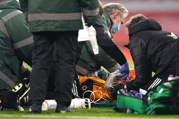 Tiền đạo Wolves bất tỉnh sau pha va chạm kinh hoàng với cầu thủ Arsenal - Ảnh 2.
