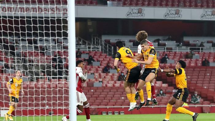 Tiền đạo Wolves bất tỉnh sau pha va chạm kinh hoàng với cầu thủ Arsenal - Ảnh 1.