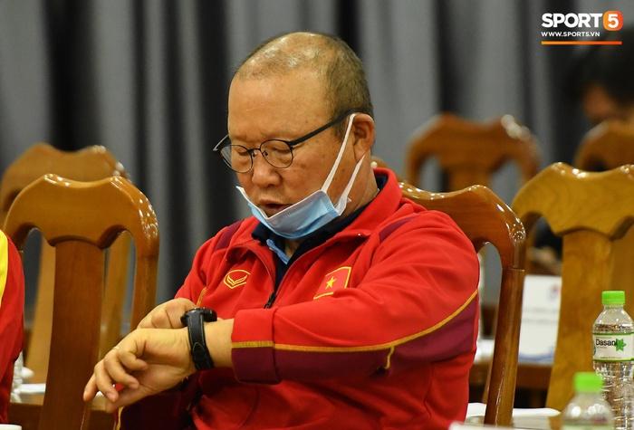 Quế Ngọc Hải cười khúc khích khi trêu đùa với HLV Park Hang-seo - Ảnh 6.