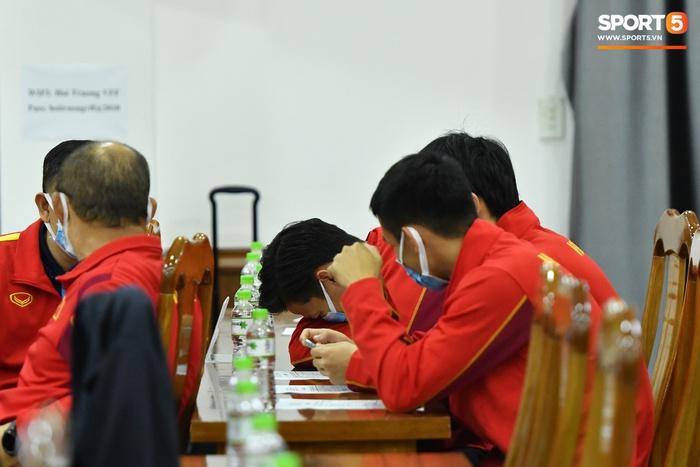 Quế Ngọc Hải cười khúc khích khi trêu đùa với HLV Park Hang-seo - Ảnh 4.