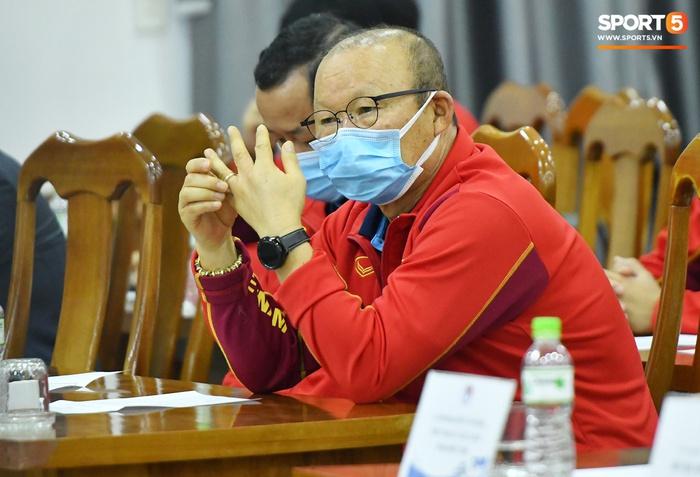 Quế Ngọc Hải cười khúc khích khi trêu đùa với HLV Park Hang-seo - Ảnh 7.