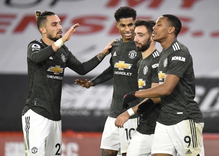 Hàng thủ lại tấu hài, Man Utd thắng thót tim để tiến sát cuộc đua vô địch Ngoại hạng Anh - Ảnh 2.