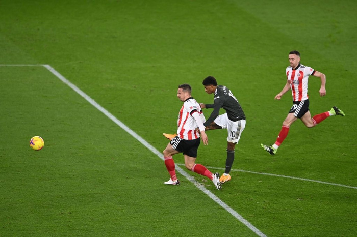 Hàng thủ lại tấu hài, Man Utd thắng thót tim để tiến sát cuộc đua vô địch Ngoại hạng Anh - Ảnh 4.