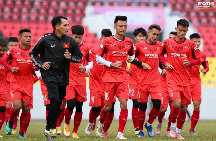 HLV Park Hang-seo phàn nàn khi phát hiện ổ gà ở sân đấu của tuyển Việt Nam - Ảnh 1.