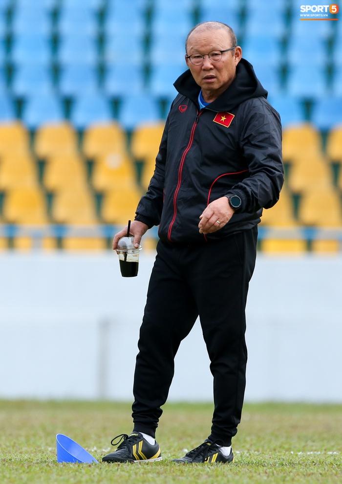 HLV Park Hang-seo phàn nàn khi phát hiện ổ gà ở sân đấu của tuyển Việt Nam - Ảnh 3.