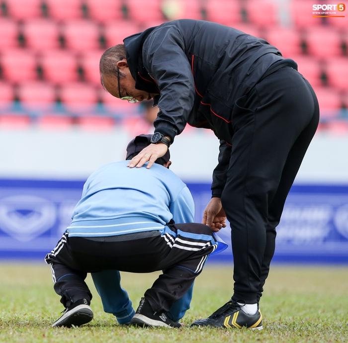 HLV Park Hang-seo phàn nàn khi phát hiện ổ gà ở sân đấu của tuyển Việt Nam - Ảnh 7.