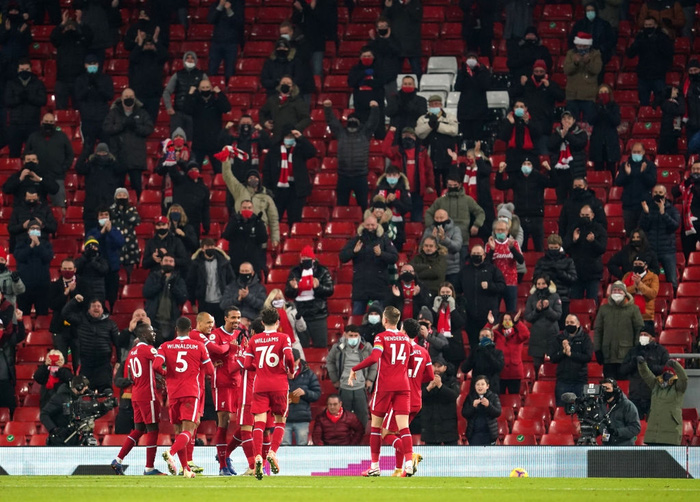 Liverpool 4-0 Wolves: The Kop mở tiệc cùng 2.000 fan ở Anfield - Ảnh 1.