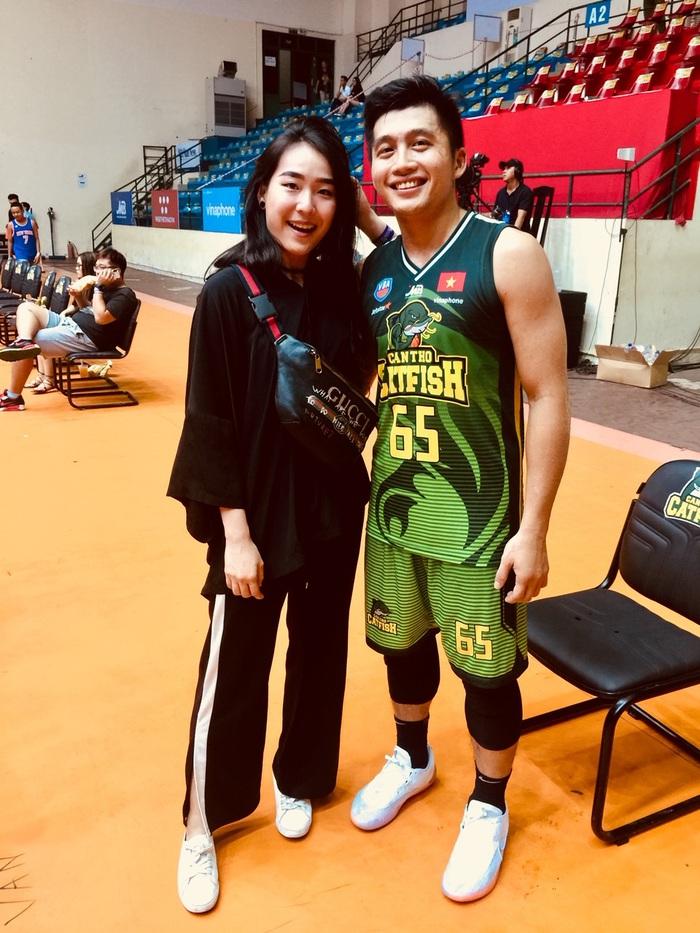 Tuyển thủ bóng rổ Việt Nam cầu hôn thành công nữ tiếp viên hàng không xinh đẹp: Thân hình nữ chính nóng bỏng không thua kém người mẫu - Ảnh 5.