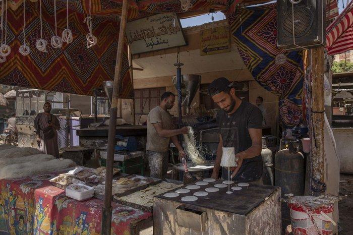 Cầu thủ Ai Cập sống ở khu ổ chuột, phải đi bán hàng rong, làm phụ hồ kiếm tiền sống qua ngày - Ảnh 2.