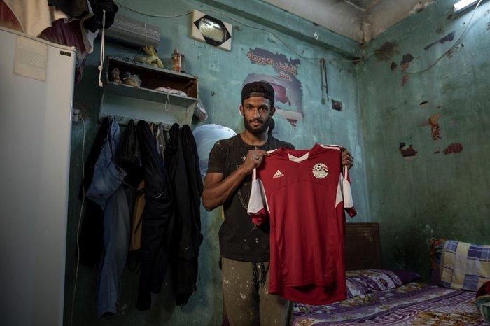 Cầu thủ Ai Cập sống ở khu ổ chuột, phải đi bán hàng rong, làm phụ hồ kiếm tiền sống qua ngày - Ảnh 5.