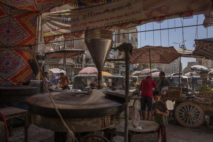 Cầu thủ Ai Cập sống ở khu ổ chuột, phải đi bán hàng rong, làm phụ hồ kiếm tiền sống qua ngày - Ảnh 3.