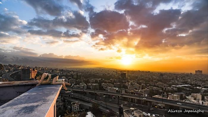 VĐV Iran bị bỏ tù vì mải mê khóa môi người đẹp trên tòa tháp chọc trời - Ảnh 1.
