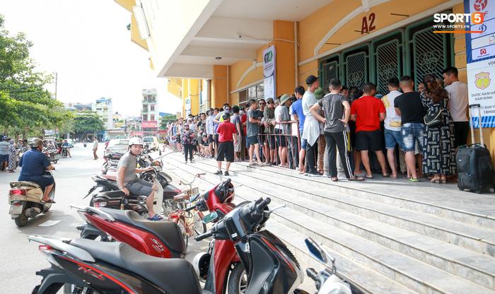 Bóng đá Việt Nam trở lại và thu hút sự chú ý của truyền thông quốc tế bằng những trận cầu đặc biệt nhất thế giới - Ảnh 2.