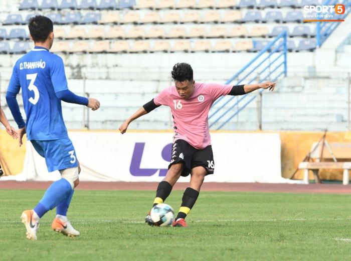 Giao hữu Hà Nội FC - Than Quảng Ninh: Cầu thủ khách rách đầu, phải đi cấp cứu vì choáng sau pha va chạm cực mạnh - Ảnh 1.