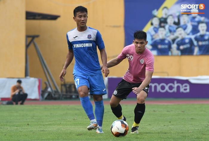 Giao hữu Hà Nội FC - Than Quảng Ninh: Cầu thủ khách rách đầu, phải đi cấp cứu vì choáng sau pha va chạm cực mạnh - Ảnh 2.