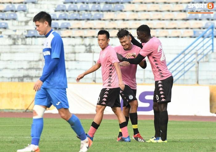 Giao hữu Hà Nội FC - Than Quảng Ninh: Cầu thủ khách rách đầu, phải đi cấp cứu vì choáng sau pha va chạm cực mạnh - Ảnh 8.
