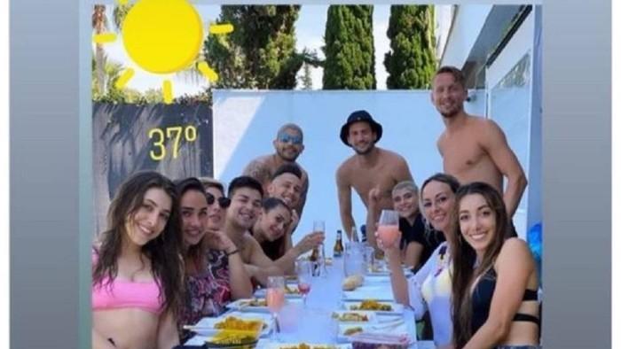 Ngang nhiên tụ tập ăn nhậu lại còn chụp ảnh tự sướng để khoe trên MXH, nhóm cầu thủ tại La Liga đối diện với án phạt nặng - Ảnh 1.
