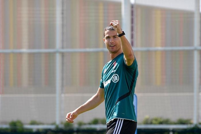 Ronaldo lại khiến fan trầm trồ với pha dùng chân hất bóng vào rổ ghi chục điểm, nhưng vẫn không thể tránh đội ngũ anti vào chọc phá - ảnh 1