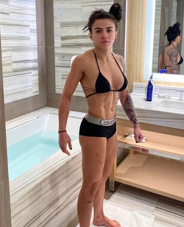 Đang chuẩn bị thi đấu, nữ võ sĩ xinh đẹp bỗng nhiên bị HLV lấy nước đổ vào trong quần, cô nàng có phản ứng bất ngờ khi xem lại khoảnh khắc này - Ảnh 3.