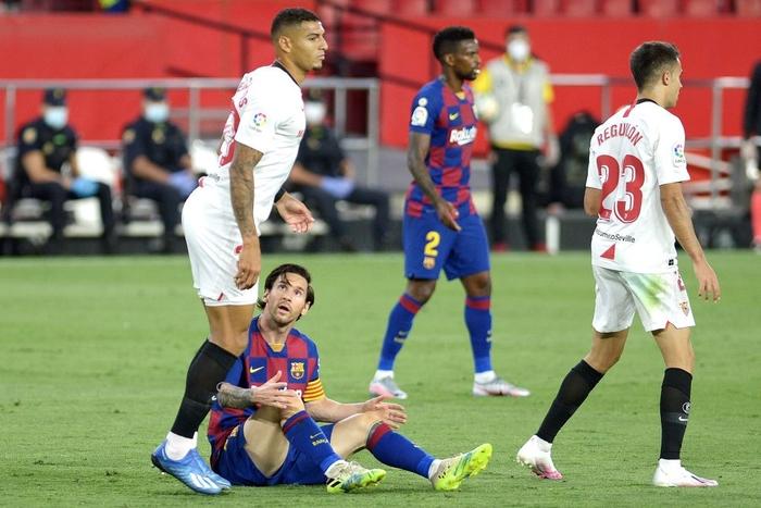 Messi may mắn thoát thẻ đỏ sau hành động nổi cáu thừa tay chân với đối thủ, Barcelona vẫn nhận kết quả không như ý - Ảnh 4.