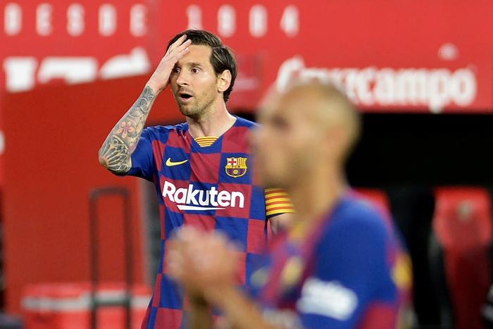 Messi may mắn thoát thẻ đỏ sau hành động nổi cáu thừa tay chân với đối thủ, Barcelona vẫn nhận kết quả không như ý - Ảnh 1.