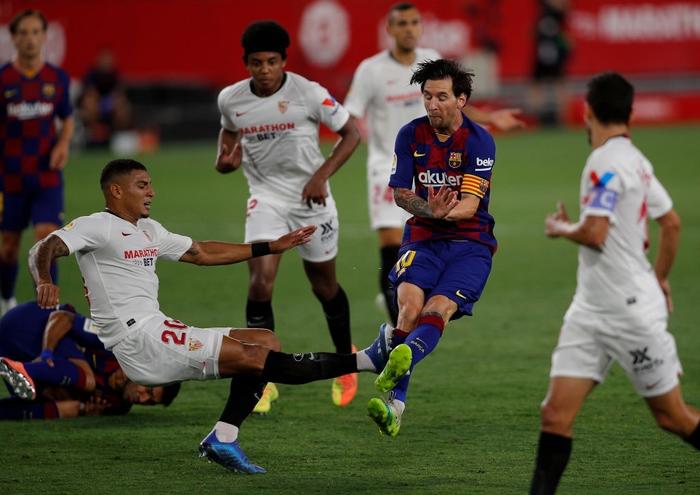 Messi may mắn thoát thẻ đỏ sau hành động nổi cáu thừa tay chân với đối thủ, Barcelona vẫn nhận kết quả không như ý - Ảnh 3.