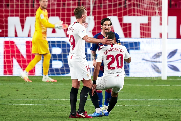 Messi may mắn thoát thẻ đỏ sau hành động nổi cáu thừa tay chân với đối thủ, Barcelona vẫn nhận kết quả không như ý - Ảnh 5.
