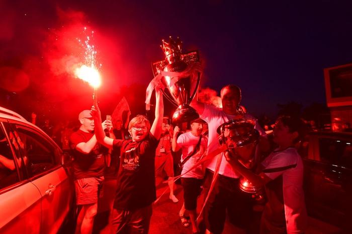 HLV Klopp rớt nước mắt, fan nô nức xuống đường lúc nửa đêm ăn mừng Liverpool vô địch Premier League bằng kỳ tích chưa từng có trong lịch sử bóng đá Anh - Ảnh 2.