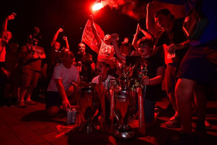 HLV Klopp rớt nước mắt, fan nô nức xuống đường lúc nửa đêm ăn mừng Liverpool vô địch Premier League bằng kỳ tích chưa từng có trong lịch sử bóng đá Anh - Ảnh 4.