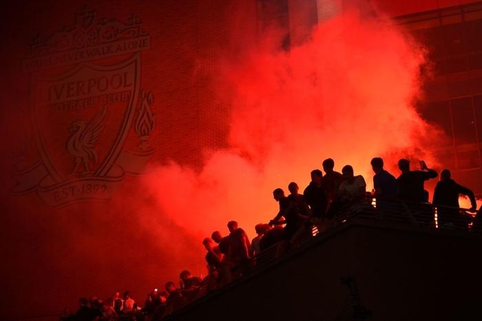 HLV Klopp rớt nước mắt, fan nô nức xuống đường lúc nửa đêm ăn mừng Liverpool vô địch Premier League bằng kỳ tích chưa từng có trong lịch sử bóng đá Anh - Ảnh 5.