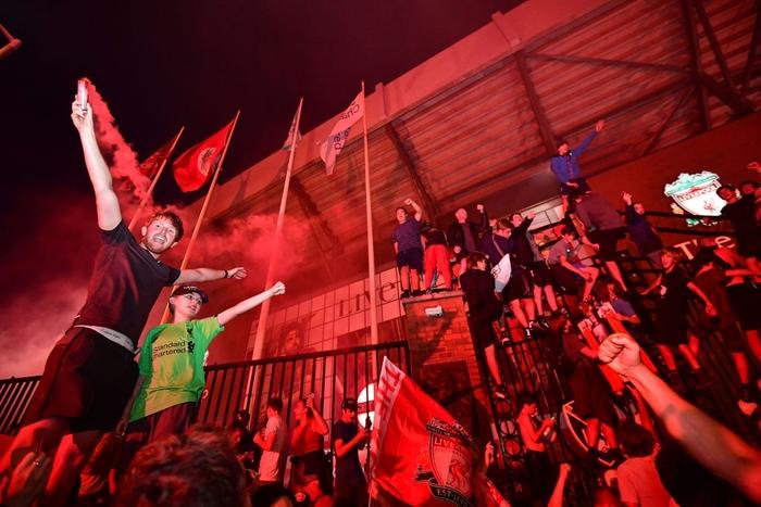 HLV Klopp rớt nước mắt, fan nô nức xuống đường lúc nửa đêm ăn mừng Liverpool vô địch Premier League bằng kỳ tích chưa từng có trong lịch sử bóng đá Anh - Ảnh 8.