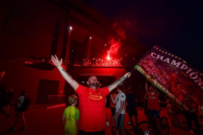 HLV Klopp rớt nước mắt, fan nô nức xuống đường lúc nửa đêm ăn mừng Liverpool vô địch Premier League bằng kỳ tích chưa từng có trong lịch sử bóng đá Anh - Ảnh 9.