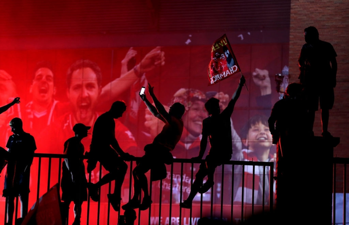 HLV Klopp rớt nước mắt, fan nô nức xuống đường lúc nửa đêm ăn mừng Liverpool vô địch Premier League bằng kỳ tích chưa từng có trong lịch sử bóng đá Anh - Ảnh 11.