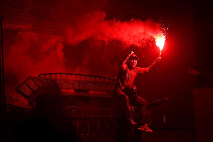 HLV Klopp rớt nước mắt, fan nô nức xuống đường lúc nửa đêm ăn mừng Liverpool vô địch Premier League bằng kỳ tích chưa từng có trong lịch sử bóng đá Anh - Ảnh 13.